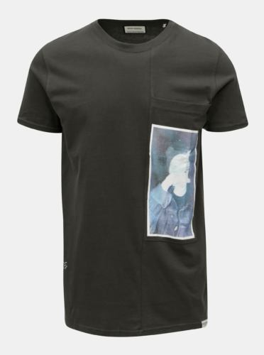 a51ba6ee23d Tmavě šedé tričko s potiskem a náprsní kapsou Shine Original ...